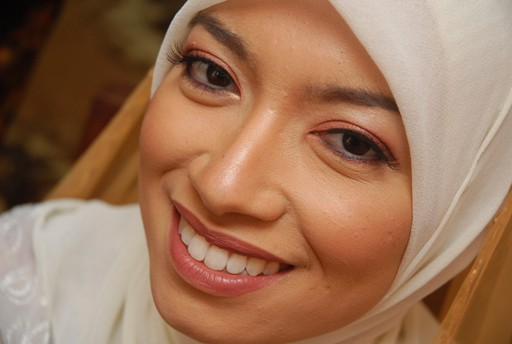 in tudung, pink eyeshadow, nice teeth