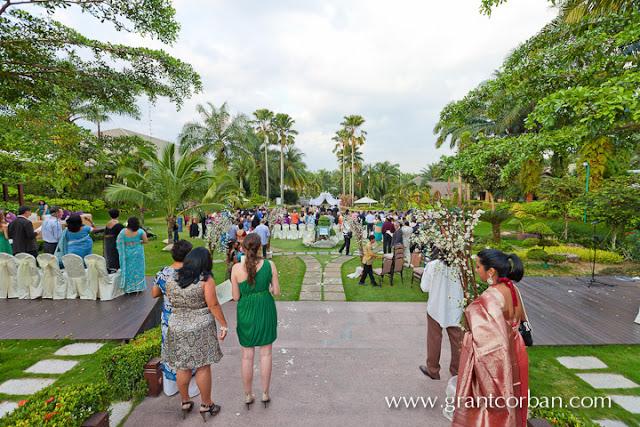 outdoor wedding crowd gathering to witness solemnization cyberview resort